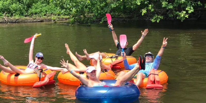 Photo people floating on the Delaware River in inflatable tubes.