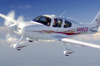 Image of an airplane in the sky showing plane flying lessons as a way to learn in NJ