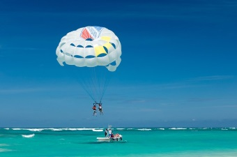 Image of two people parasailing over the ocean as an example of a cool date idea in NJ