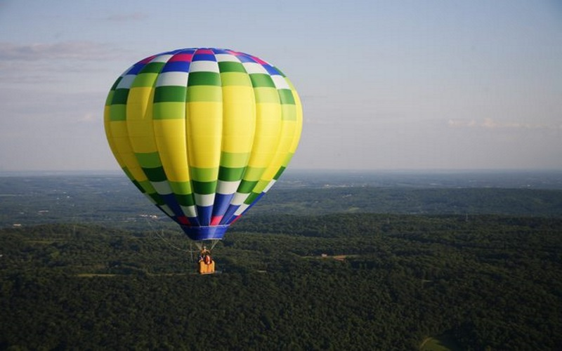 A romantic hot air balloon ride is a great adventurous date idea in NJ.