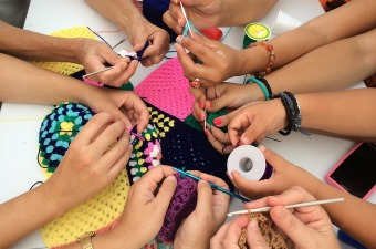 Image of a group of kids knitting at an art summer camp in New Jersey